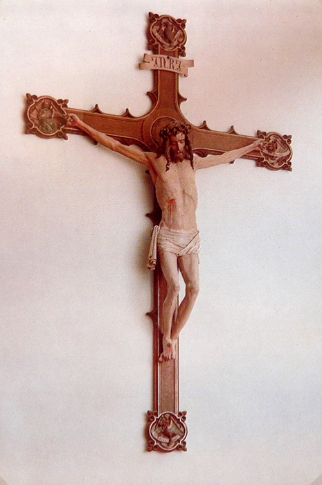 Das große gotische Kreuz der Kirche kommt nach Vörden